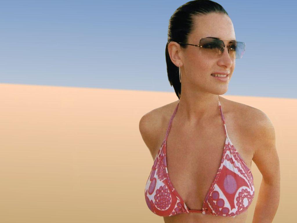 wallcar: Hollywood actress Kirsty Gallacher in hot bikini photos