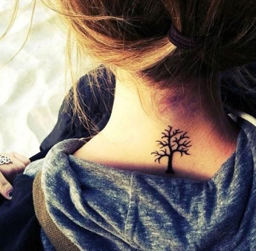 Árvore da tatuagem para a menina no pescoço um pequeno, mas parece bonito, você deve tentar