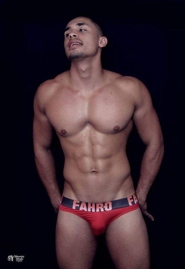Lucas Braz posa de cueca para ensaio sensual e mostra o corpo sarado. Foto: Mauricio Mendes