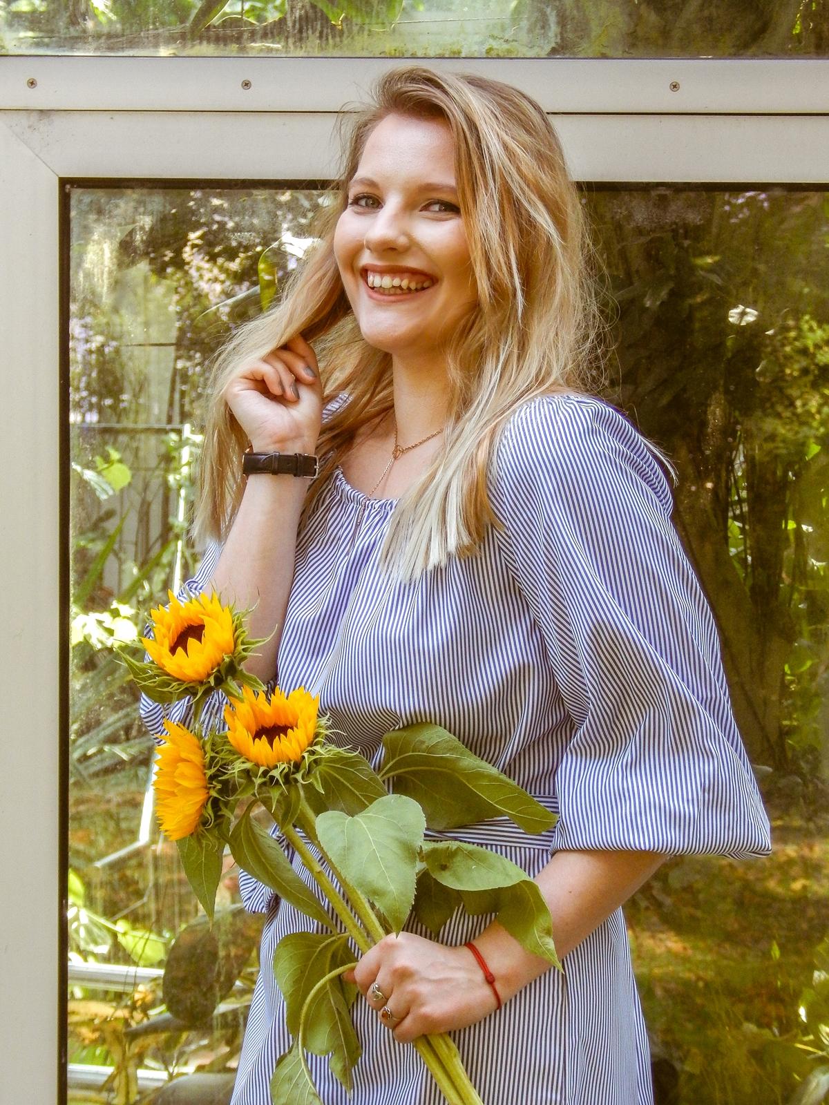 11 4 portret z kwiatami sukienka w paski sammydress rosegal jak nosić sukienki midi sukienki w paski wakacyjne jesienne trendy blog beauty style fashion moda melodylaniella