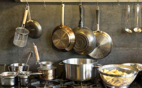 Membersihkan Karat yang Menempel Pada Peralatan Dapur