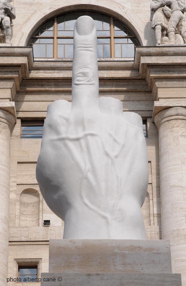 Il dito medio di Cattelan