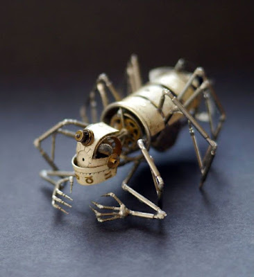 Insecto robot mecánico hecho con material reciclado