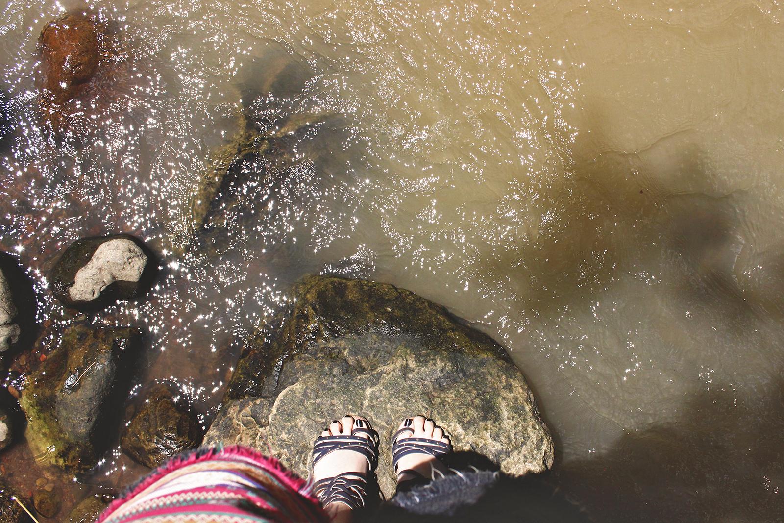 garota na pedra no rio