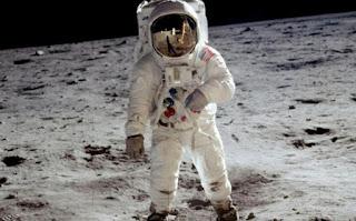 https://freshsnews.blogspot.com/2017/09/22-ti-mistho-pernei-enaw-astronaytis.html