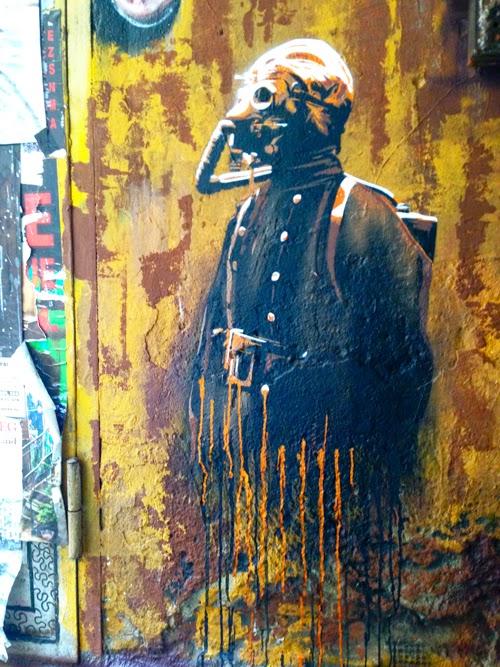 Graffiti Hackescher Markt Berlin Gasmaske Soldat Krieger Bild mit Verlauf Aufkleber Wandtattoo urbane Kunst