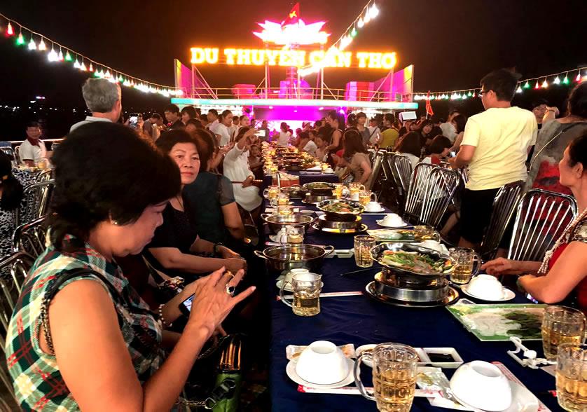 ăn tối trên thuyền tour cà mau 4 ngày 3 đêm