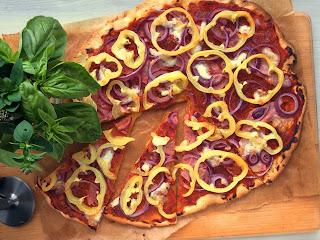 Pizza z kokosové a tapiokové mouky