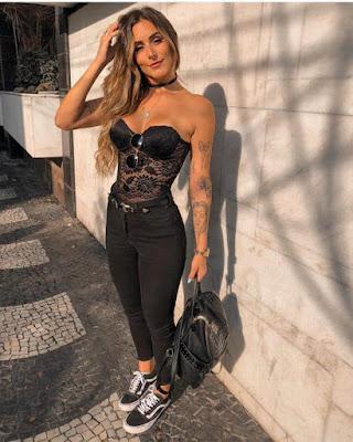 outfit para oficina con escote negro