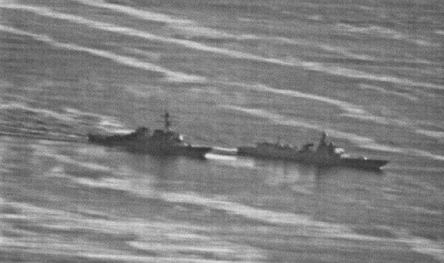 """Tàu USS Decatur của Mỹ (trái) và tàu Trung Quốc """"chạm trán"""" nhau"""