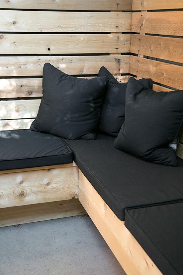 sofá de madera en L
