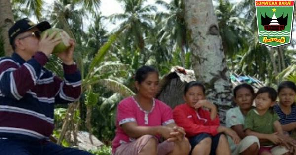 Warga Pulau Nyaunyau Sambut Wagub Nasrul Abit dengan Suguhan Air Kelapa Muda