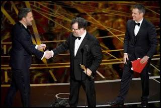 Ben Affleck, Kenneth Lonergan y Matt Damon en los Oscars 2017
