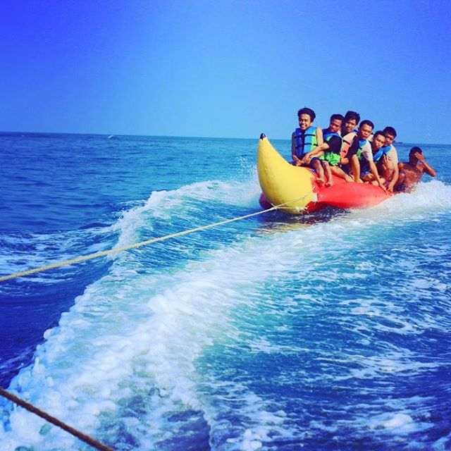 foto bermain banana boat di pantai marina anyer