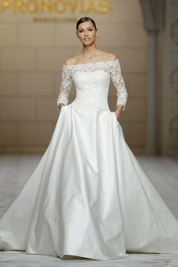 ffdffc6ab9ae La linea semplice dell abito da sposa è impreziosita dal corpetto con  maniche in pizzo. Collezione Spring Pronovias 2015
