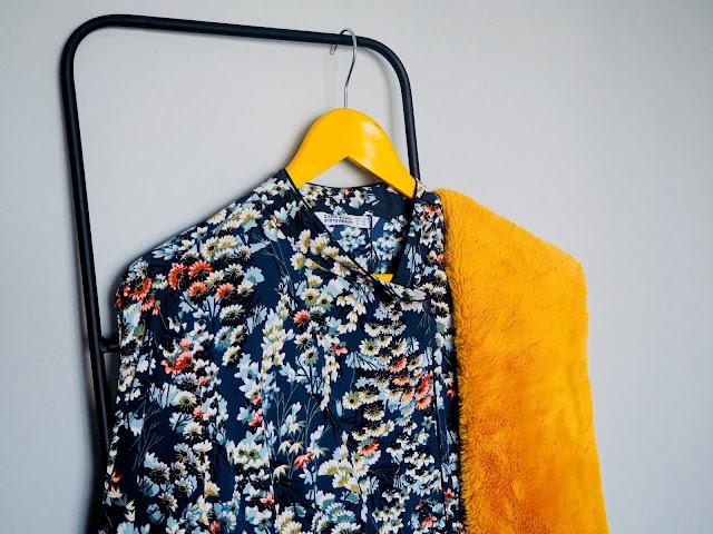 photo-look-vestido-zara-flores-azul-botin-stradivarius-terciopelo-estola-mostaza