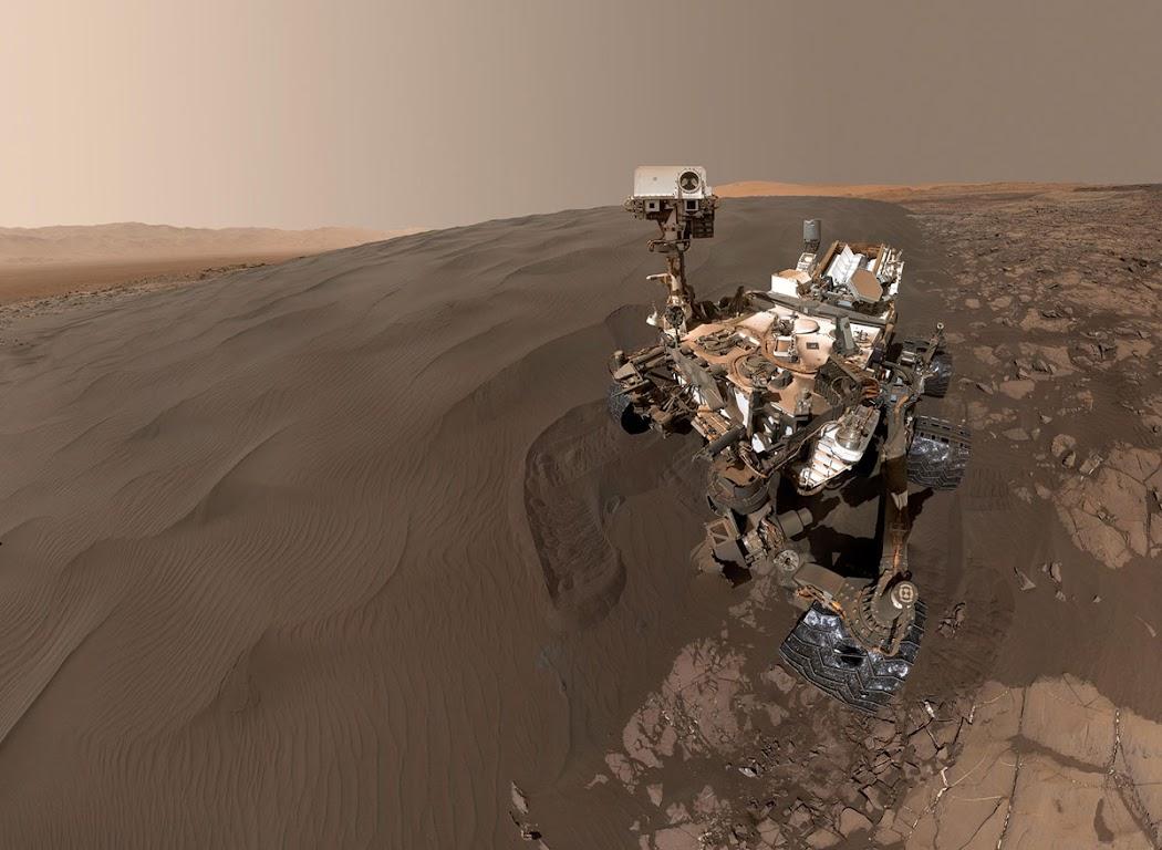 Hình ảnh tự chụp của tàu Curiosity cho thấy toàn bộ cỗ máy tự hành đang đứng trước Đồi cát Namib, nơi mà con tàu chăm chỉ sẽ đào bới và khai thác mẫu cát để phân tích. Hình ảnh được chụp vào ngày 19 tháng 1 năm 2016, nhằm vào sol 1228. Hình ảnh: JPL-Caltech/MSSS/NASA.