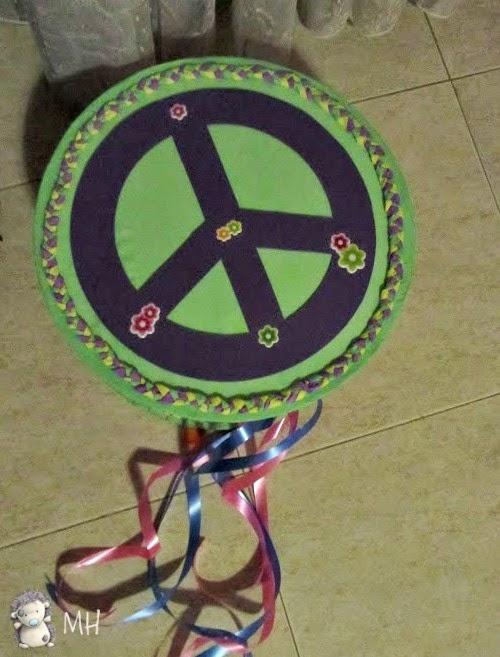 Piñata con el símbolo hippie