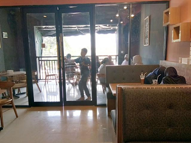 suasana tamu di cafe untuk keluarga yang murah