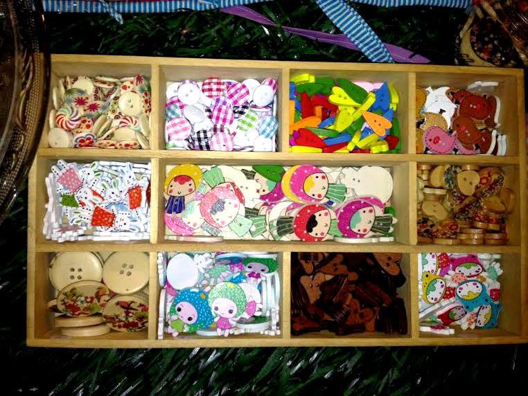 botones coloridos y de muñecos en horneando entre telas
