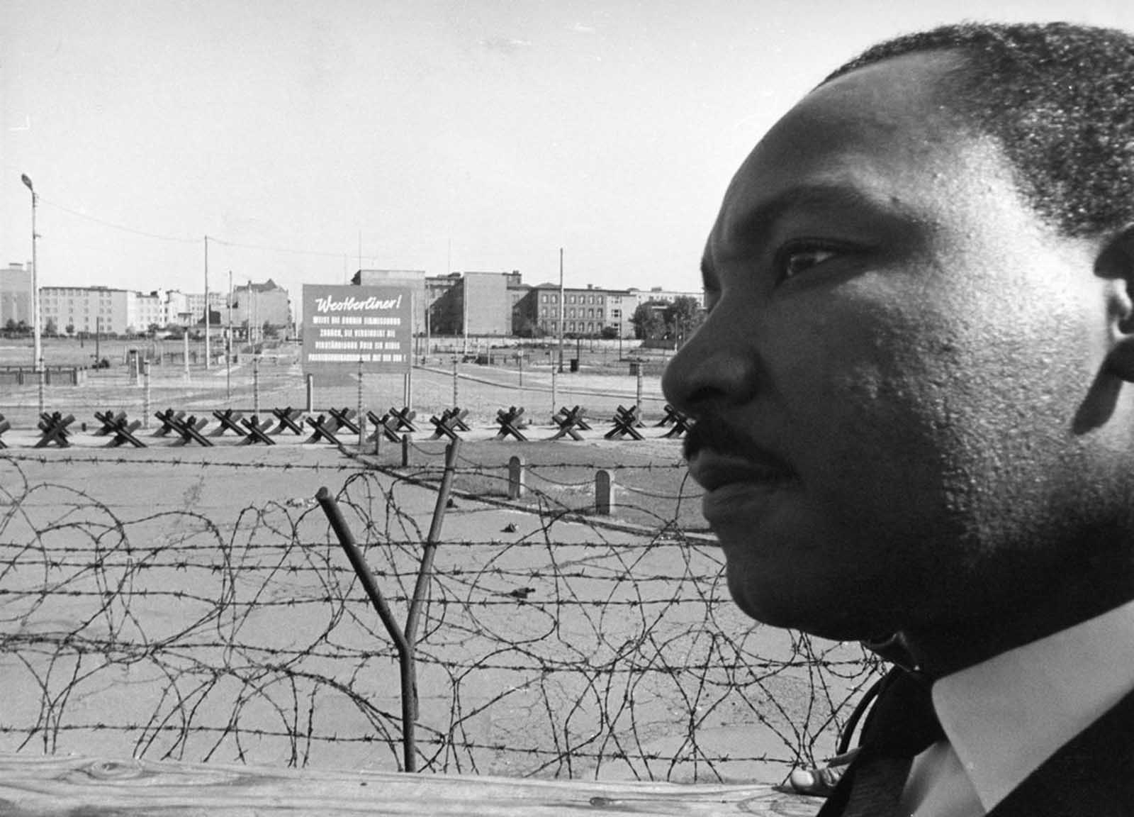 Reverend Martin Luther King, American civil rights leader, invited to Berlin by West Berlin Mayor Willy Brandt, visits the wall on September 13, 1964, at the border Potsdamer Platz in West Berlin.
