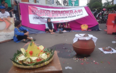 Posko Demokrasi Gelar Ritual Mandi Air Kembang, Simbol Pembersih Diri Dari Dosa Politik Pada Pilgub Lampung 2018