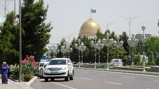 Around the house of Turkmenistans president, the roads are ridiculously empty!