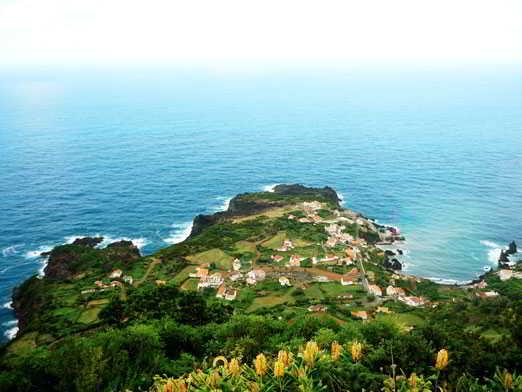 Imagen del mar tomada desde lo alto de una fajã en la isla de São Jorge, en Azores.