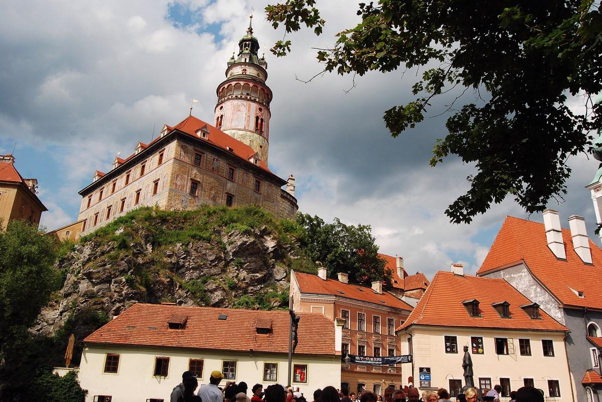 la tour du château depuis le bas du village Cesky Krumlov