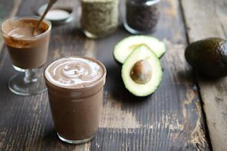 Smoothie cu avocado, cacao, afine si spirulina