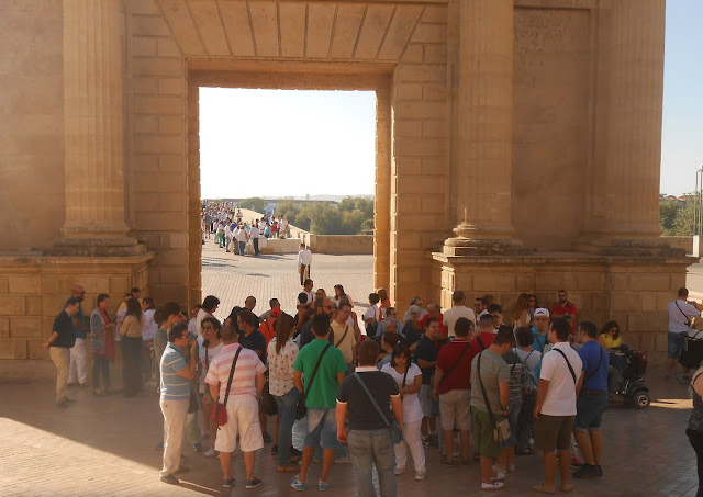 Unas 60 personas reunidas bajo la sombra de la Puerta del Puente.
