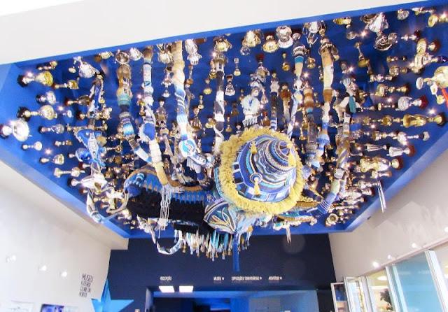 Instalação artística da Joana Vasconcelos na entrada do Museu do Futebol Clube do Porto