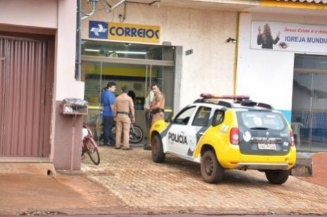 Bandidos assaltam Correios e trancam reféns no banheiro