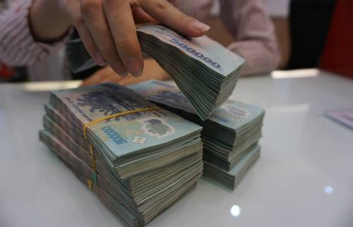 Giao dịch tại một ngân hàng cổ phần ở TP HCM