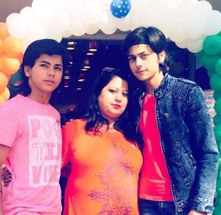 Foto Siddharth Nigam dengan Ibu dan Saudaranya