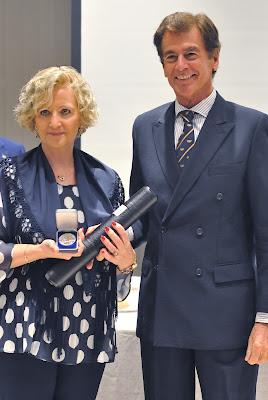 Medalla de Plata al Mérito Filatélico. Maite Bravo, entregada por José Ramón Moreno