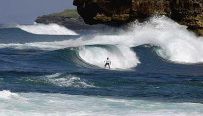 Surfing Pantai Watu Karang