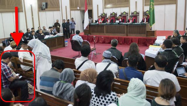 Ketauan Nih yee! Ahoker Diusir Keluar Ruang Sidang Gara-gara Langgar Larangan Hakim Bawa Handphone