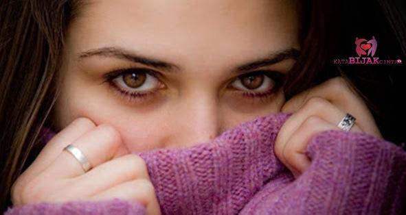 Tanda yang Sering Terjadi Jika Wanita Sedang Jatuh Cinta