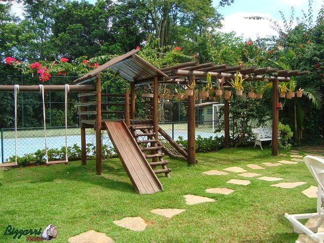 Junto ao pergolado de madeira executamos os caminhos de pedra Goiás que sai da piscina e vai até a gruta de pedra.