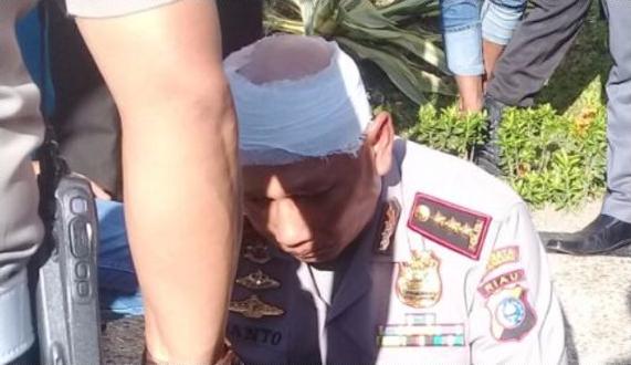 Kapolresta Pekanbaru Terkena Lemparan Batu di Kepalanya Saat Demo Mahasiswa Tuntut Jokowi Mundur