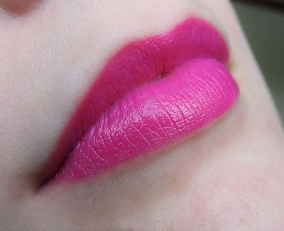 Maxfactor Colour Elixir Vibrant Pink 15 aufgetragen auf Lippen - MissNemou