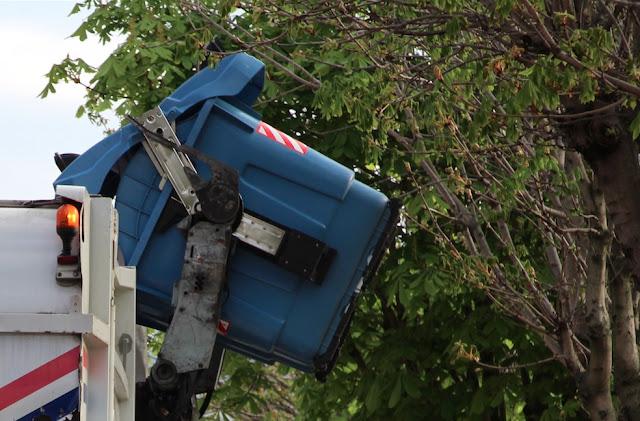 Recogida de un contenedor de basuras