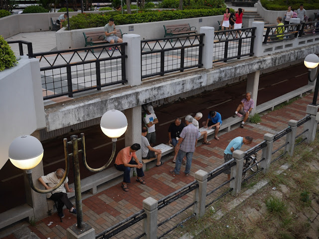 people watching a game of xiangqi next to Lek Yuen Bridge
