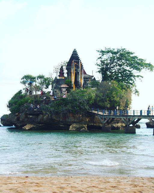 foto pura di pulau ismoyo pantai balekambang