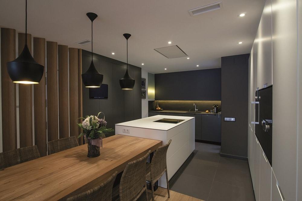 Colores neutros perfectos para integrar los ambientes for Isla de cocina con mesa