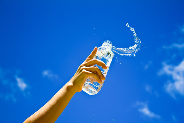 (<a href='http://www.freepik.es/foto-gratis/mano-humana-que-sostiene-una-botella-de-agua_1129139.htm'>Designed by Freepik</a>)