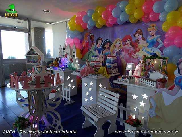 Mesa decorativa tema Princesas Disney para o bolo de aniversário