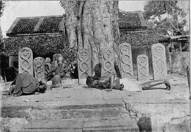 Estos mojones pétreos se conocen como Lingam. Al fondo una escultura del dios elefante Ganesa