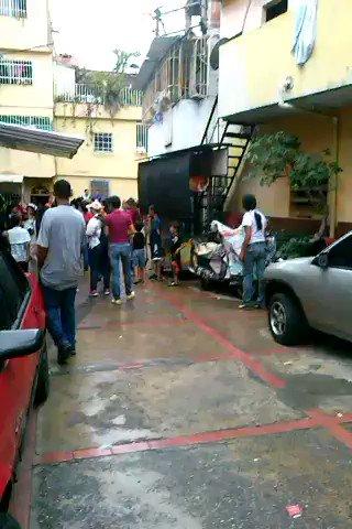 Barrio La Lucha (Caracas) chavistas fueron a ofrecer CLAP x Constituyente, la comunidad los sacó